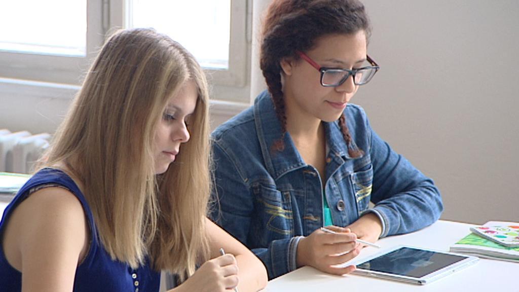 Studentky při práci s tablety