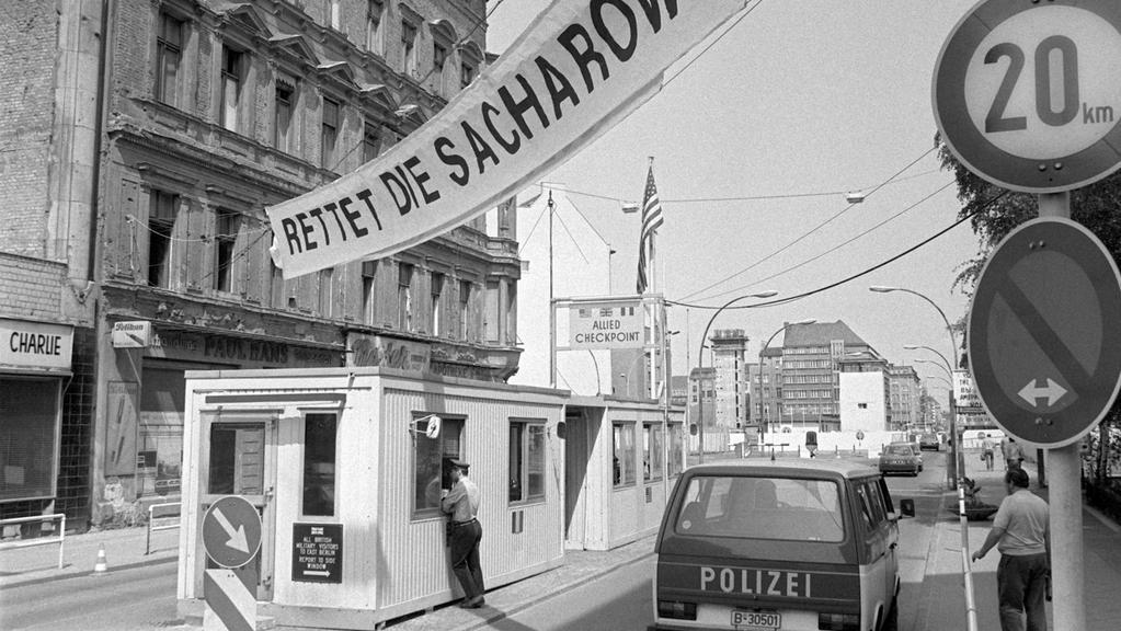 Checkpoint Charlie - jeden z nejznámějších přechodů mezi Východem a Západem