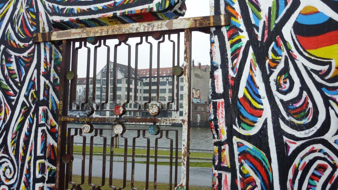 Průhled zdí na bývalý Západní Berlín