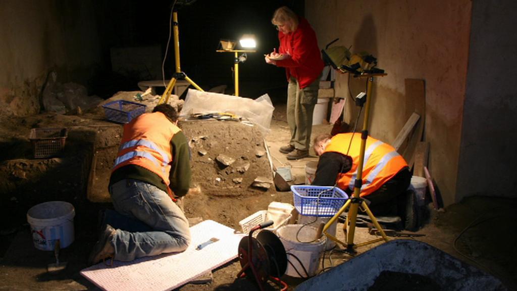 Archeologové odkrývají hradby v Thunovské ulici