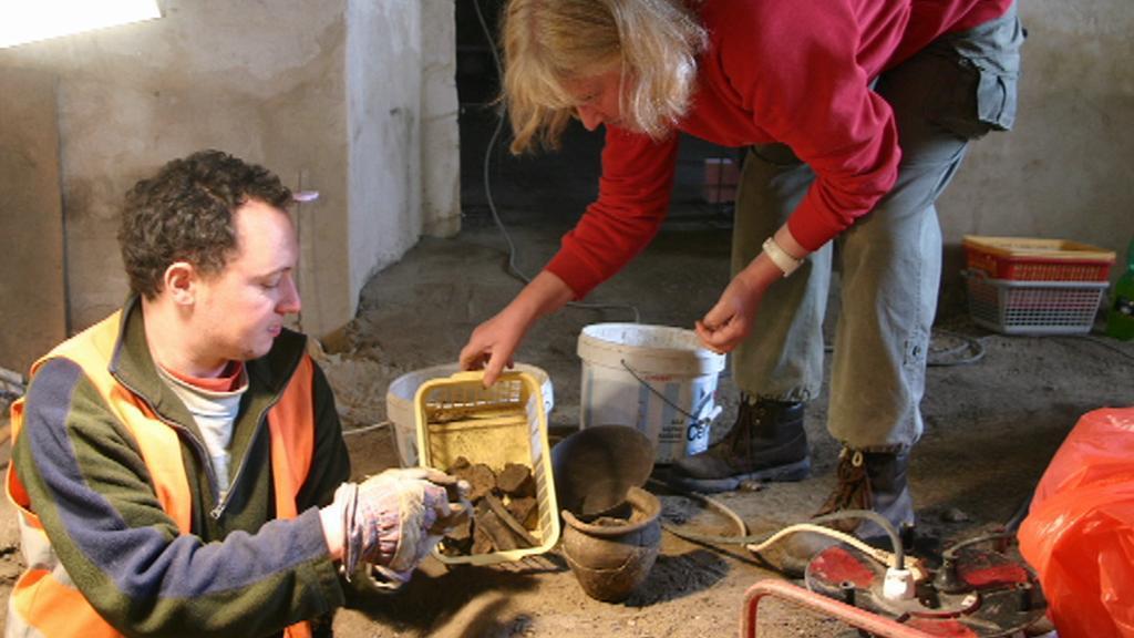 Archeologové při práci v Thunovské ulici