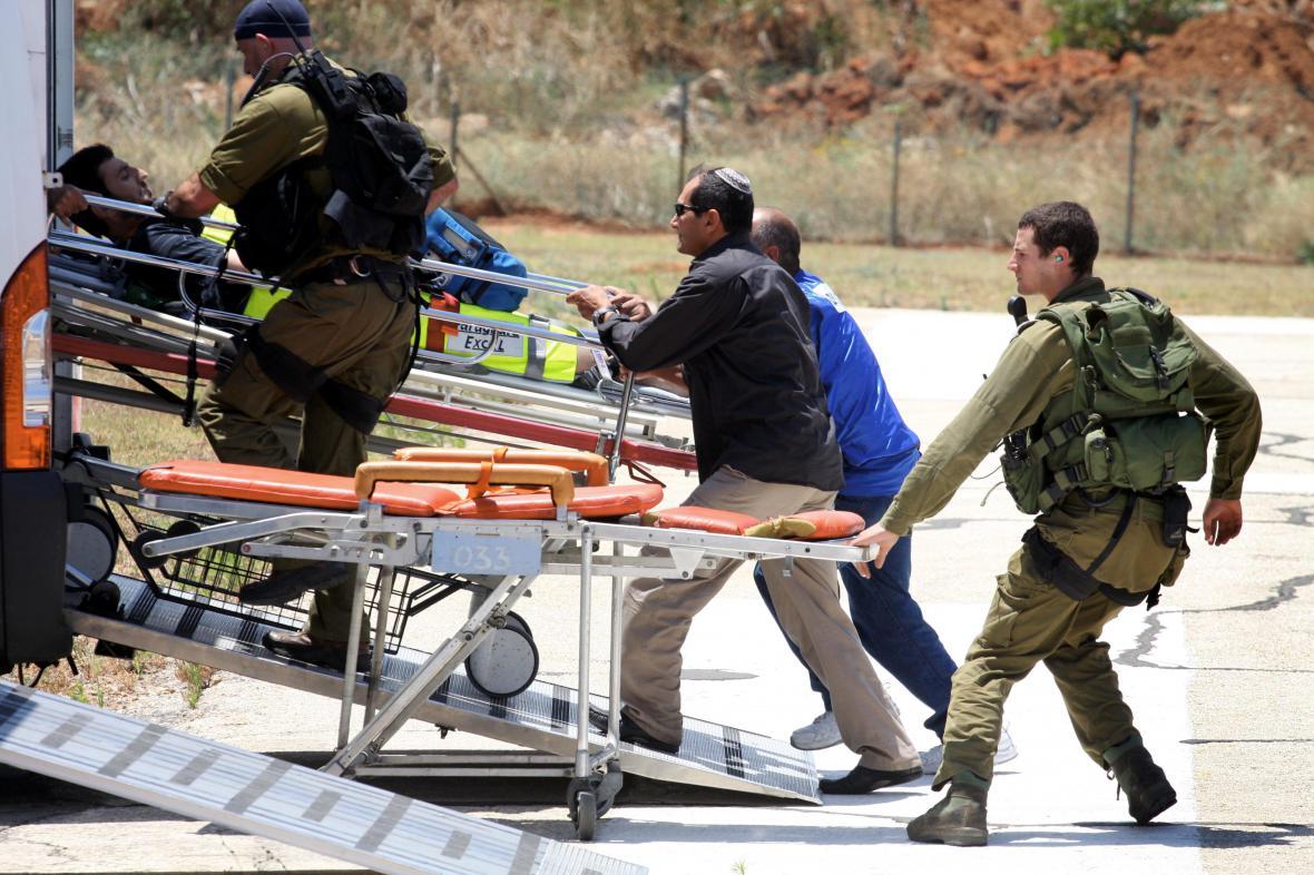 Květen 2010 - Izraelci transportují zraněné aktivisty
