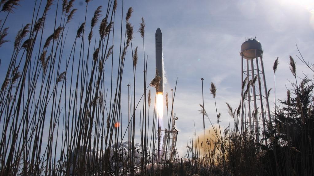 Raketa Antares vynáší loď Cygnus do vesmíru