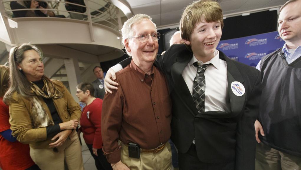 Lídr republikánských senátorů Mitch McConnell (uprostřed)