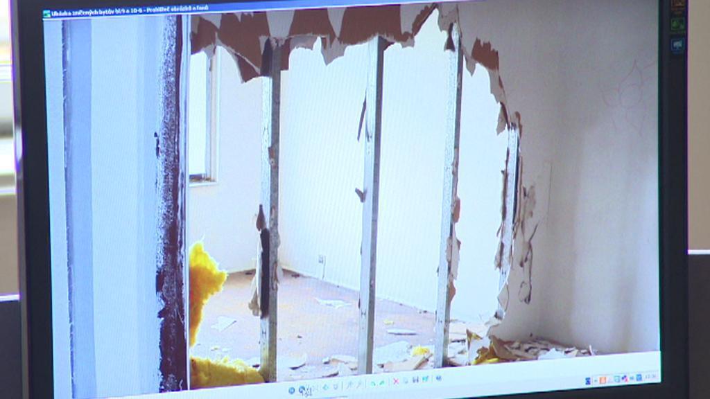 Archivní snímek z demolice domů v Bečově