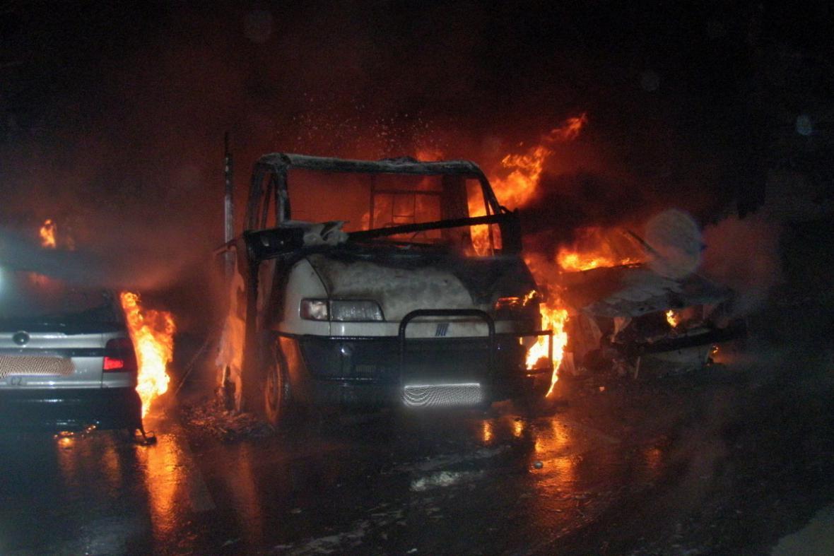 Požár aut v Černého ulici