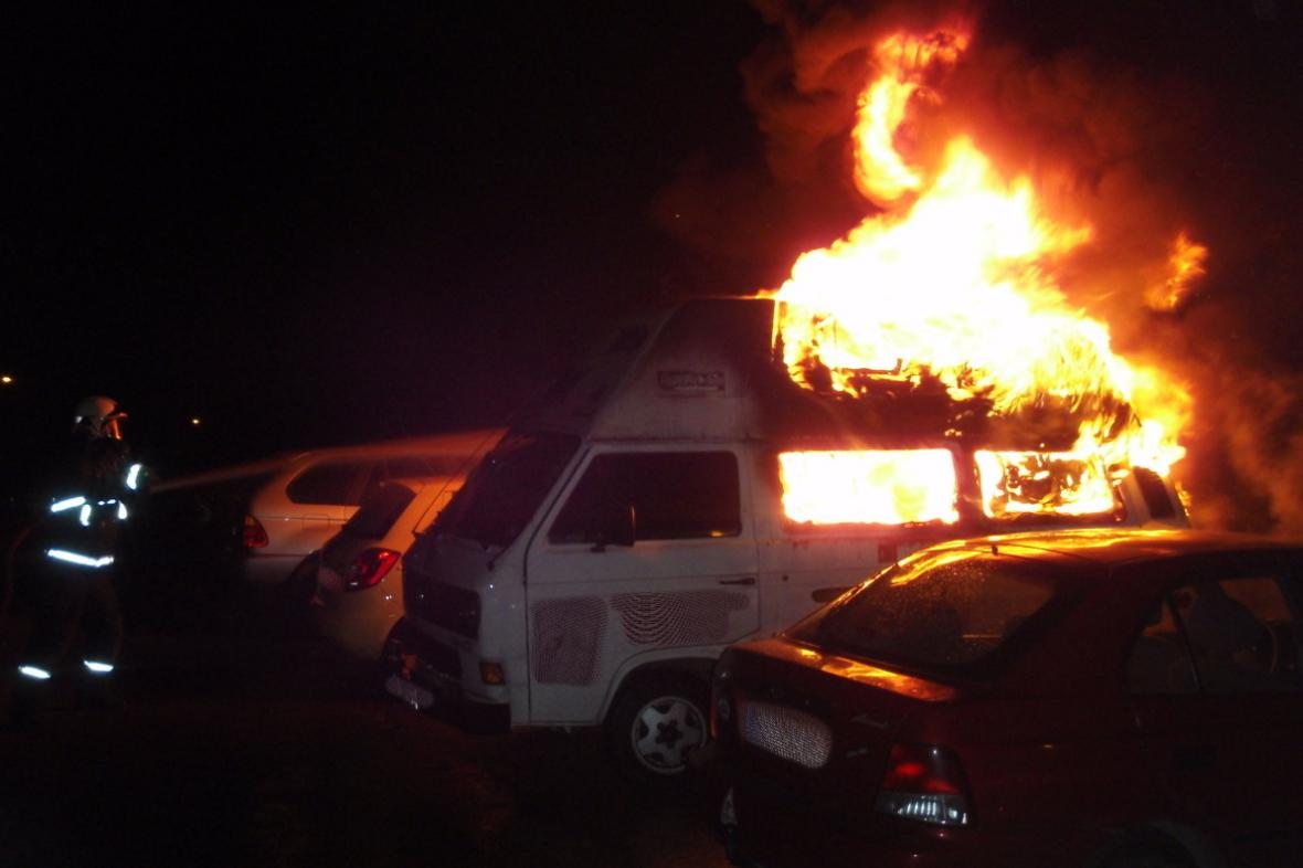 Požár aut v Ondrouškově ulici