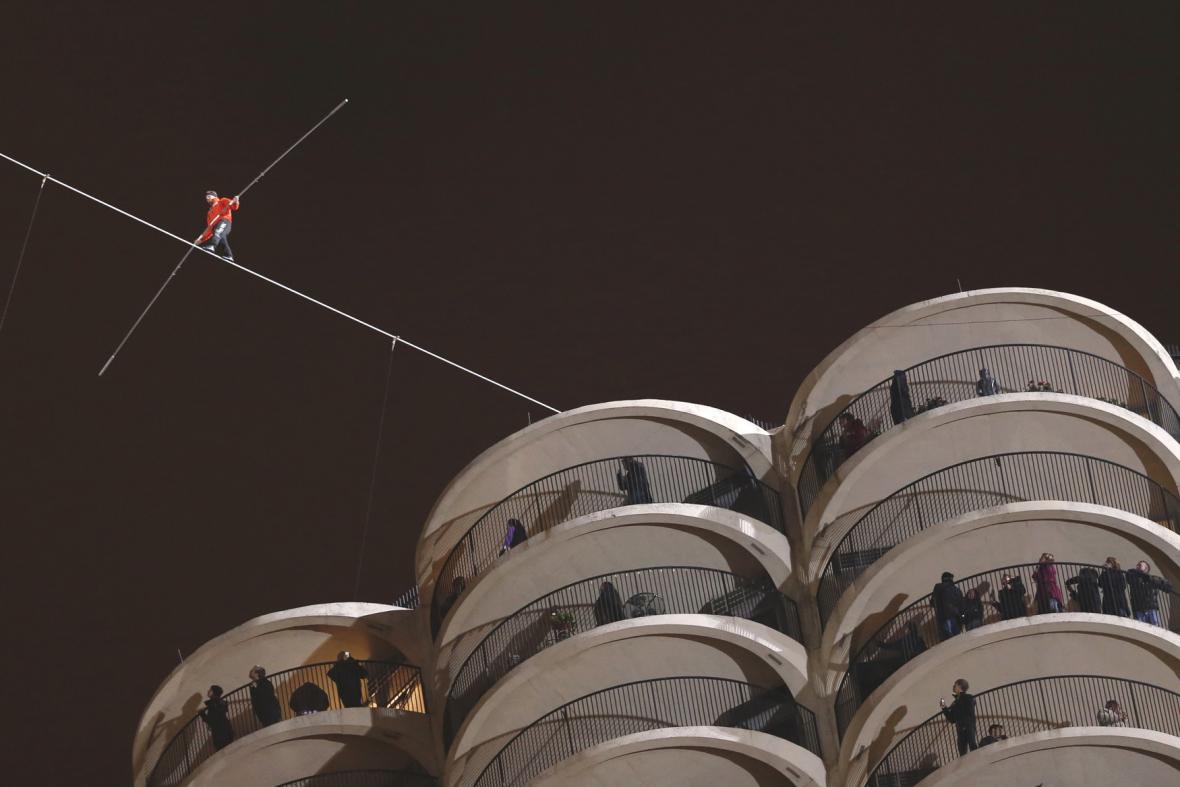 Provazochodec Nick Wallenda přešel mezi mrakodrapy
