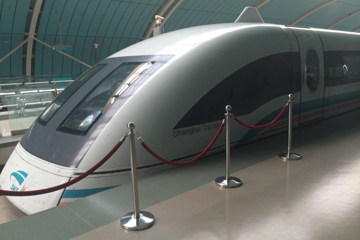 Futuristicky vyhlížející souprava Maglev