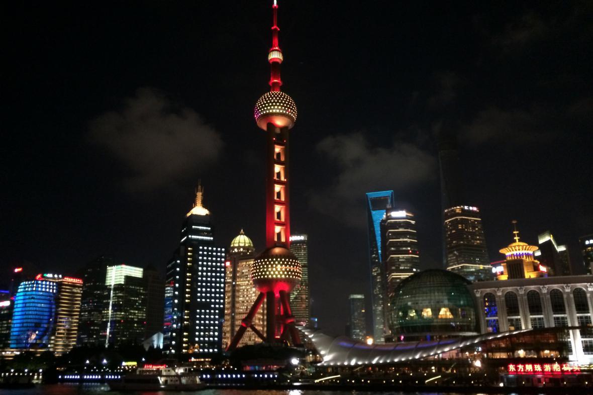 Noční Šanghaj s televizní věží Perla Orientu