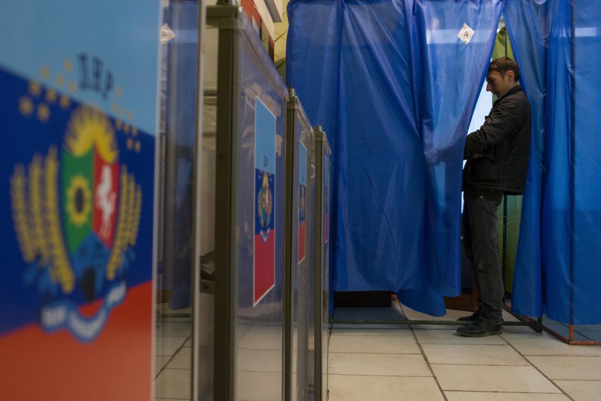 Volební místnost v Luhanské oblasti ve vesnici Novosvetlovka