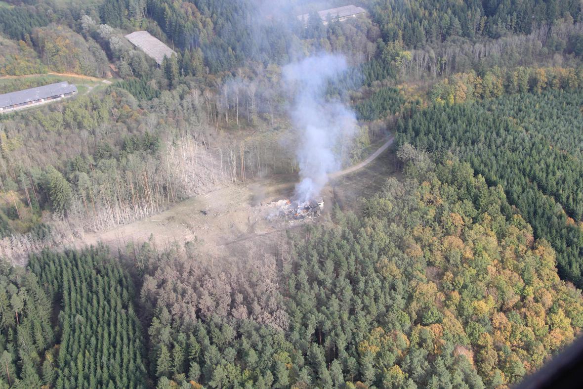 Požár a výbuch poničil i okolní lesy