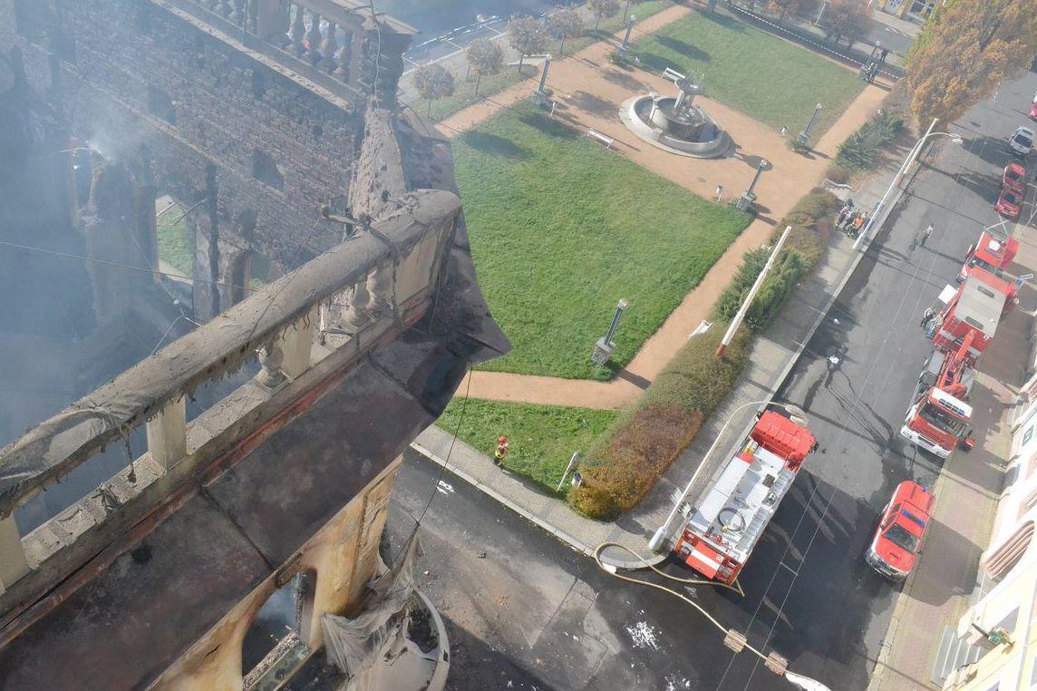 Výškový pohled na vyhořelý hotel