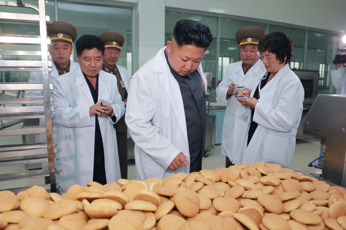 Kim Čong-un kouká na hromadu pečiva