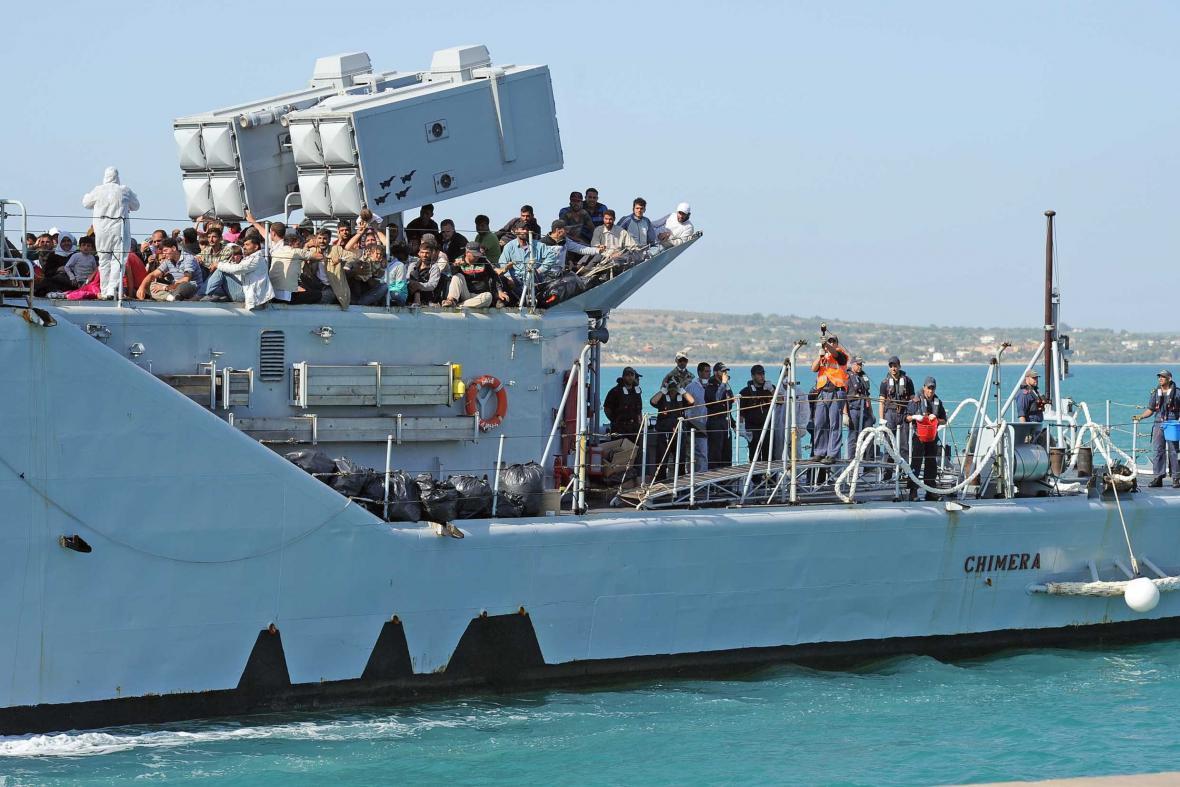 Také italské námořnictvo se postaralo o záchranu řady imigrantů