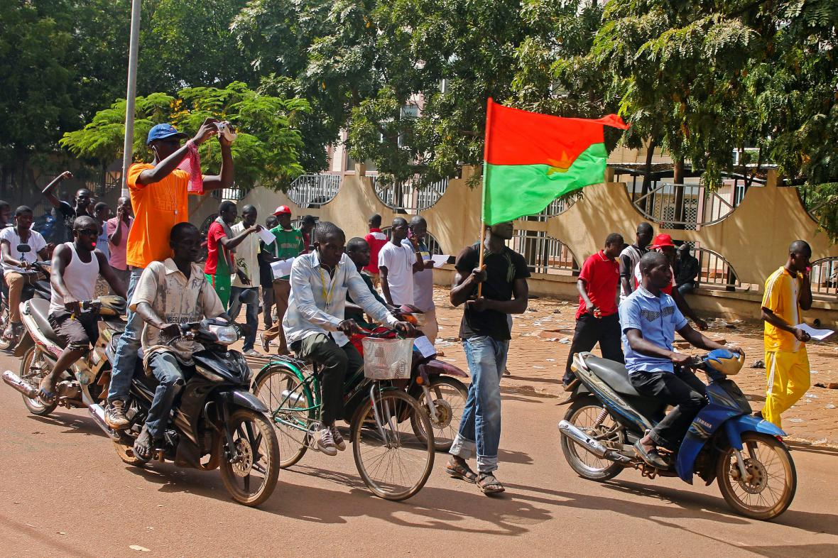 Lidé v Ouagadougou slaví konec vlády prezidenta Compaorého