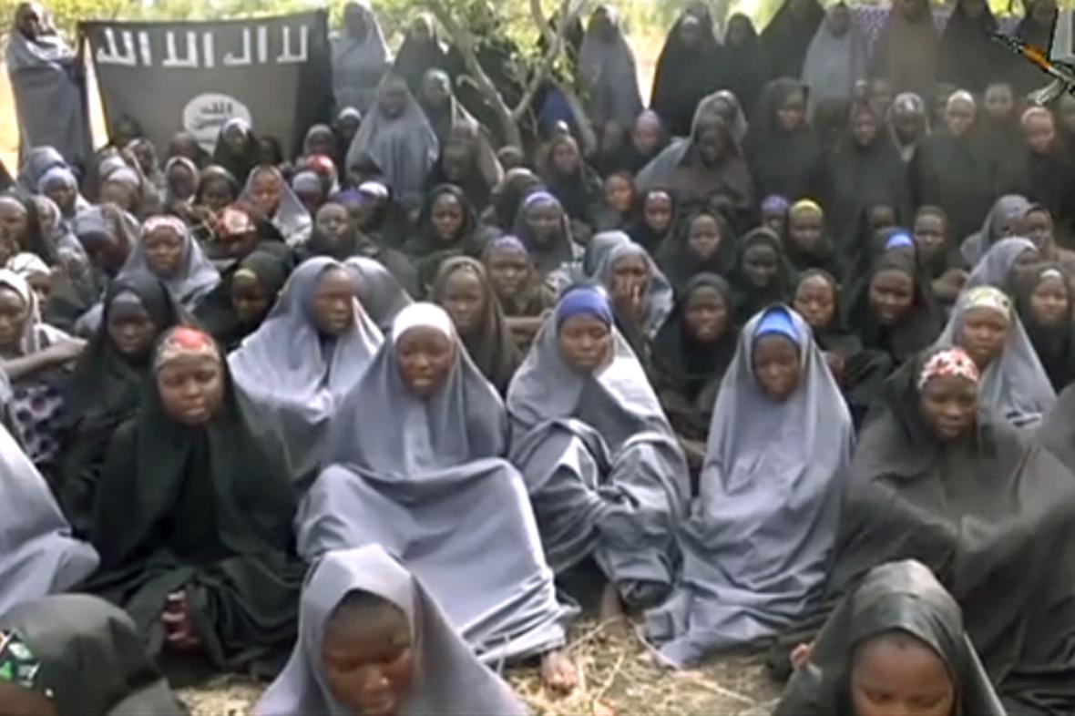 Unesené Nigerijky na videu Boko Haram z května 2014