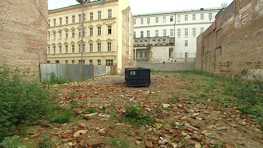 Vybouraný prostor za hotelem Evropa