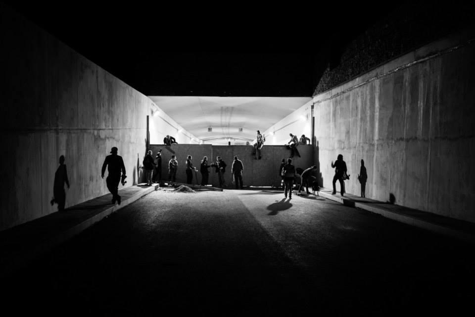 Noční jízdy na skateboardu tunelem Blanka