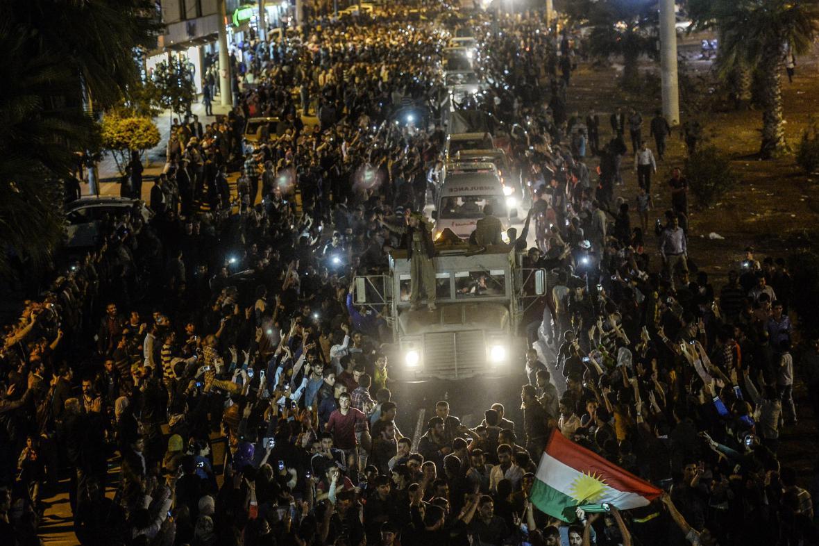 Kolona pešmergů při průjezdu územím obývaným tureckými Kurdy