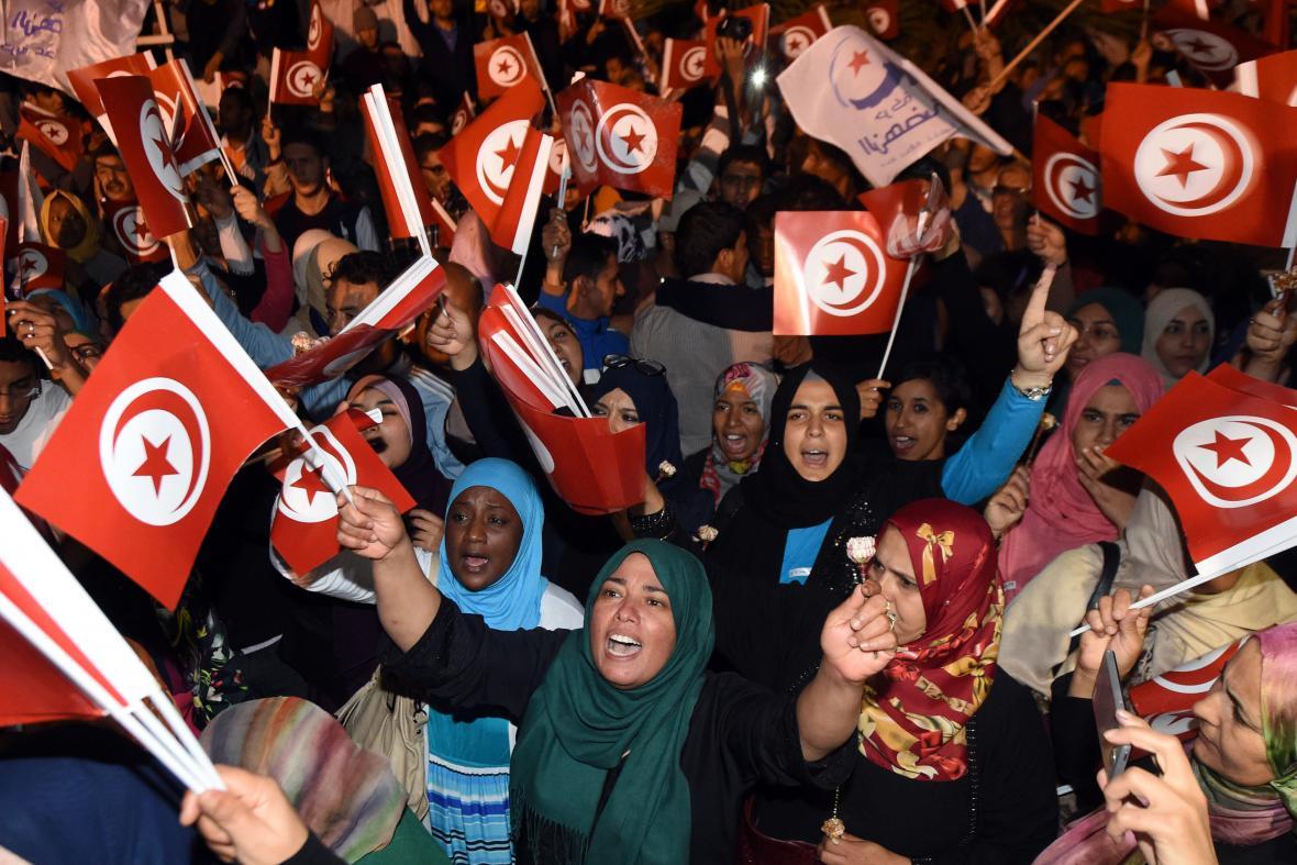 Sympatizanti Strany obnovy v ulicích Tunisu