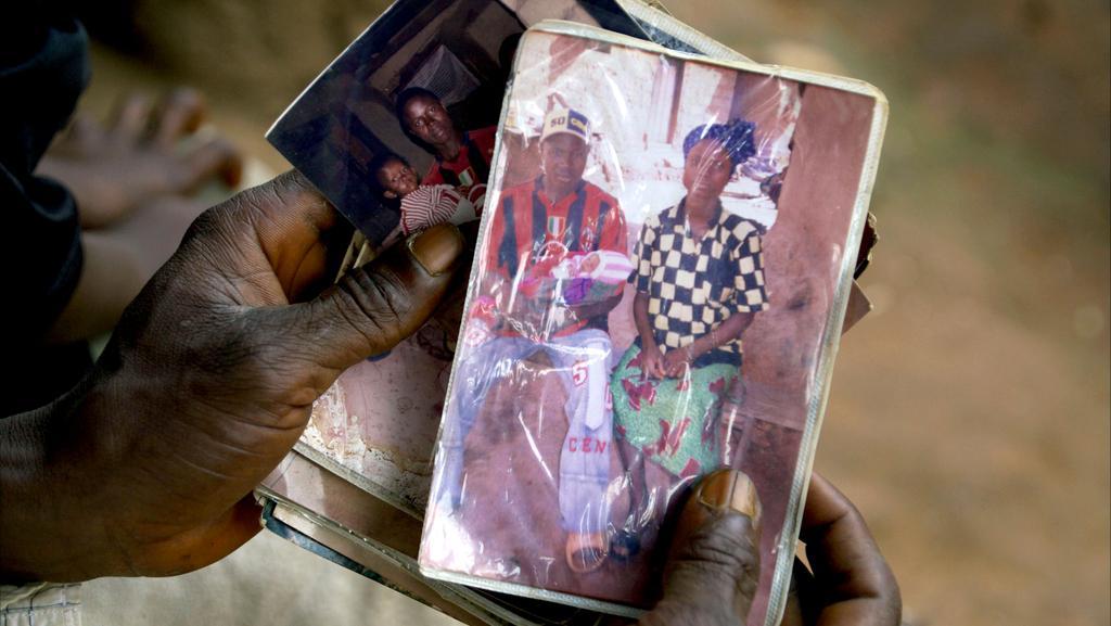 Etienne Ouamouno ukazuje fotku se synem a manželkou - prvními oběťmi epidemie eboly