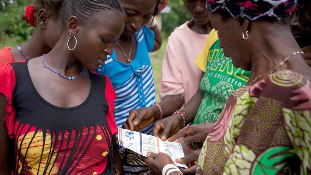 Ženy studují informační leták k ebole