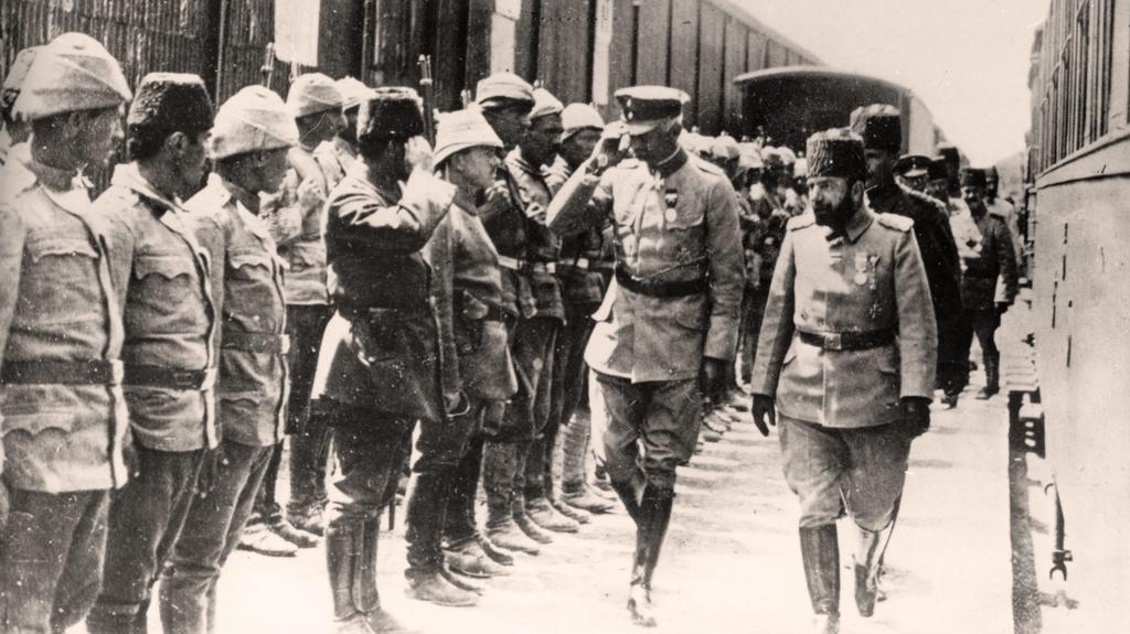 Němečtí a turečtí důstojníci při nástupu vojsk