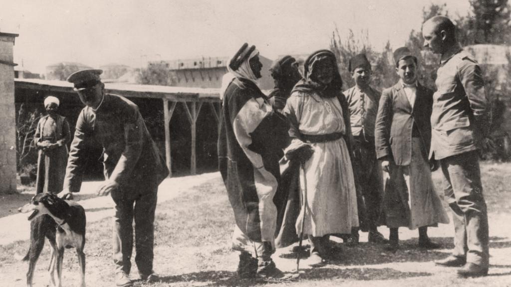 Zástupci beduínů při jednání s německými důstojníky