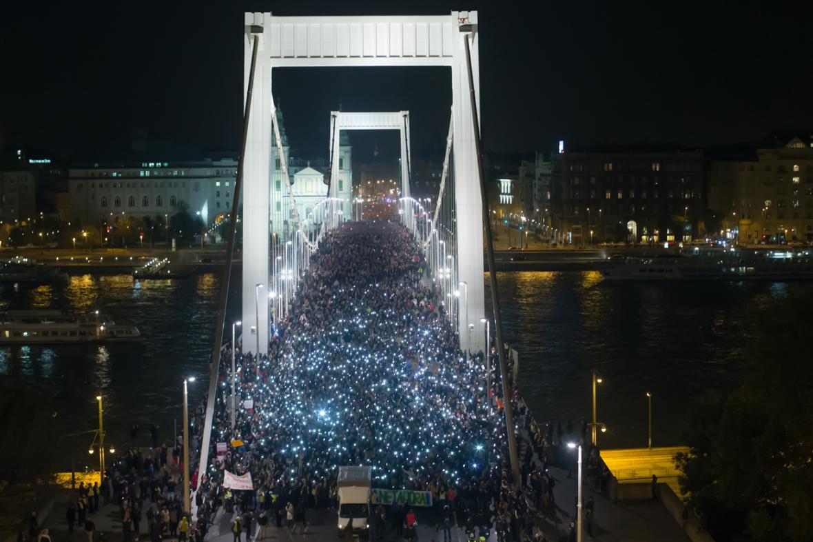 Na 100 tisíc Maďarů protestovalo proti zdanění internetu