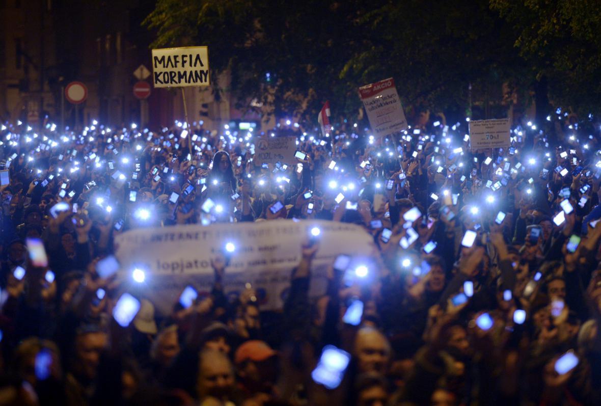 Maďaři protestovali proti zdanění internetu