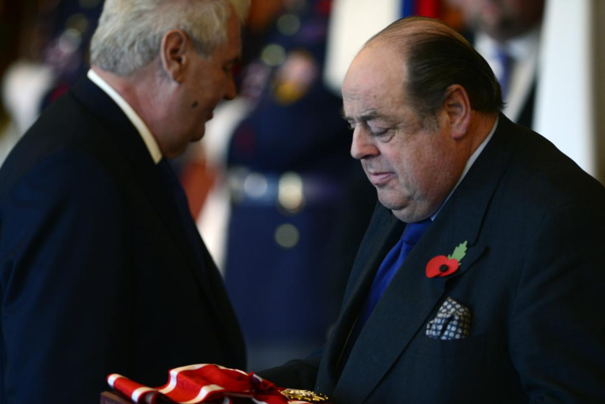 Churchillův vnuk Nicholas Soames s Řádem bílého lva