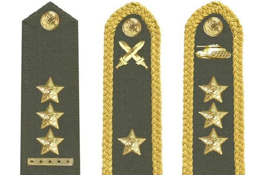 Vojenské hodnosti (zleva): plukovník, brigádní generál, generálporučík