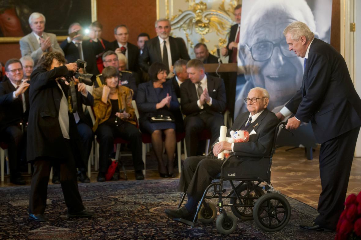 Wintona odvezl z Trůnního sálu osobně prezident Zeman