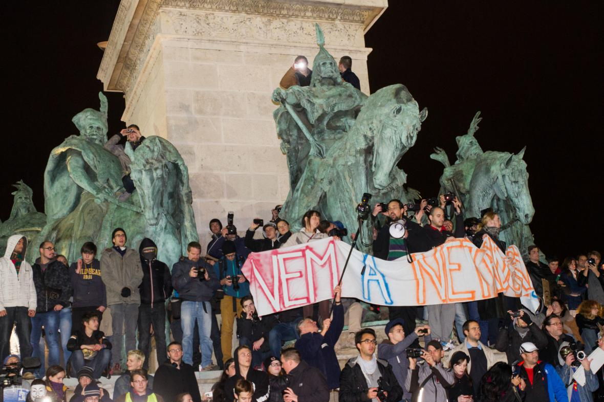 Demonstranti napadali sídlo vládní strany Fidesz