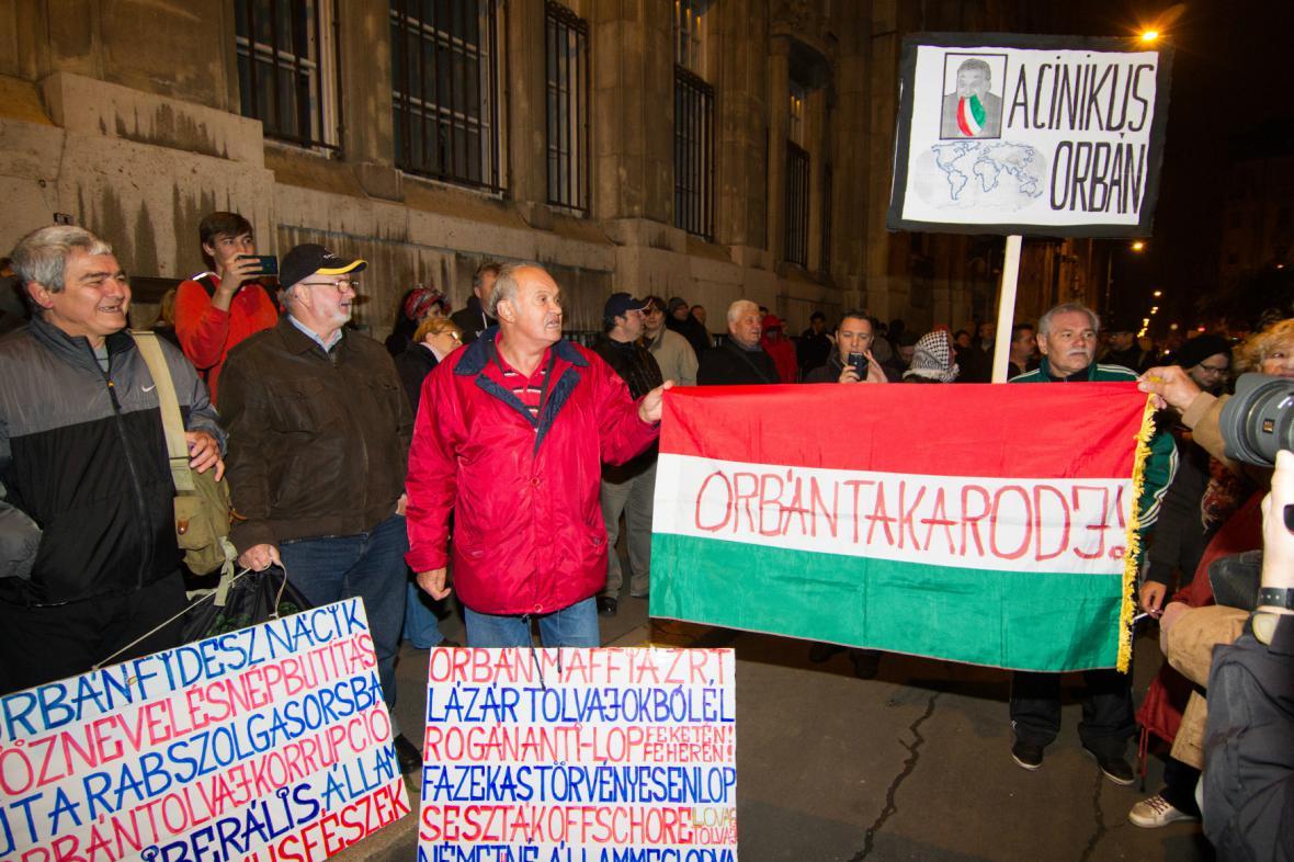 Maďaři protestují proti zdanění internetu