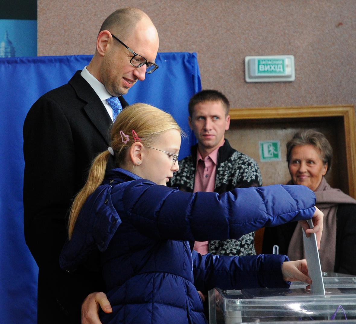 Arsenij Jaceňuk u volební urny