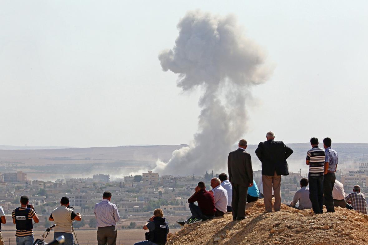 Turci pozorují boje o Kobani