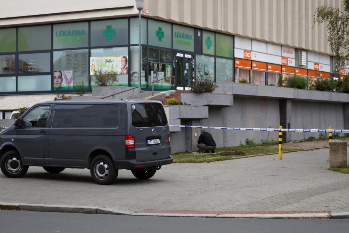 Před plzeňským obchodním centrem ležel funkční granát
