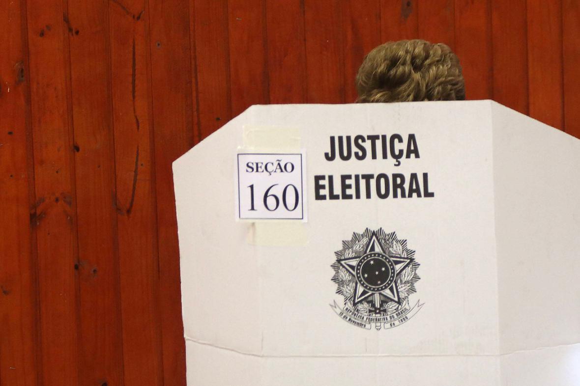 Dilma Rousseffová ve volební místnosti
