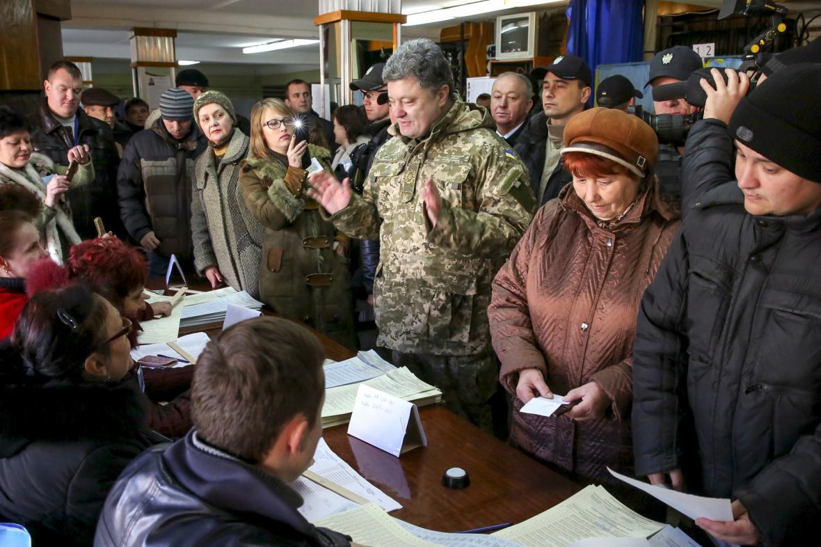 Petro Porošenko sleduje průběh voleb na Donbasu