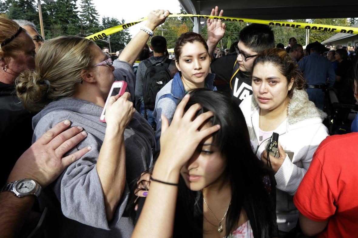 Šokovaní studenti střední školy v Marysvillu