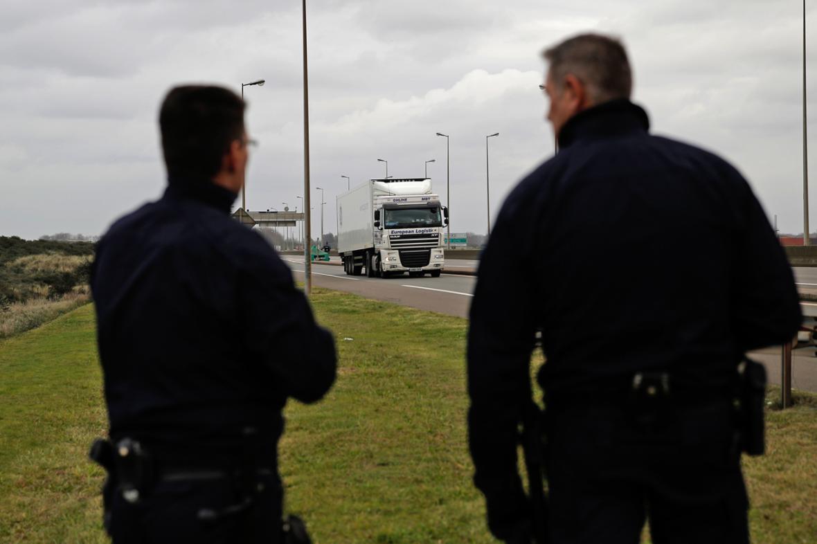 Policejní hlídky v Calais