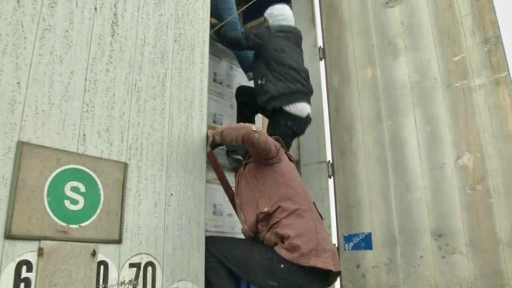 Imigranti se snaží dostat do kamionů na hranicích
