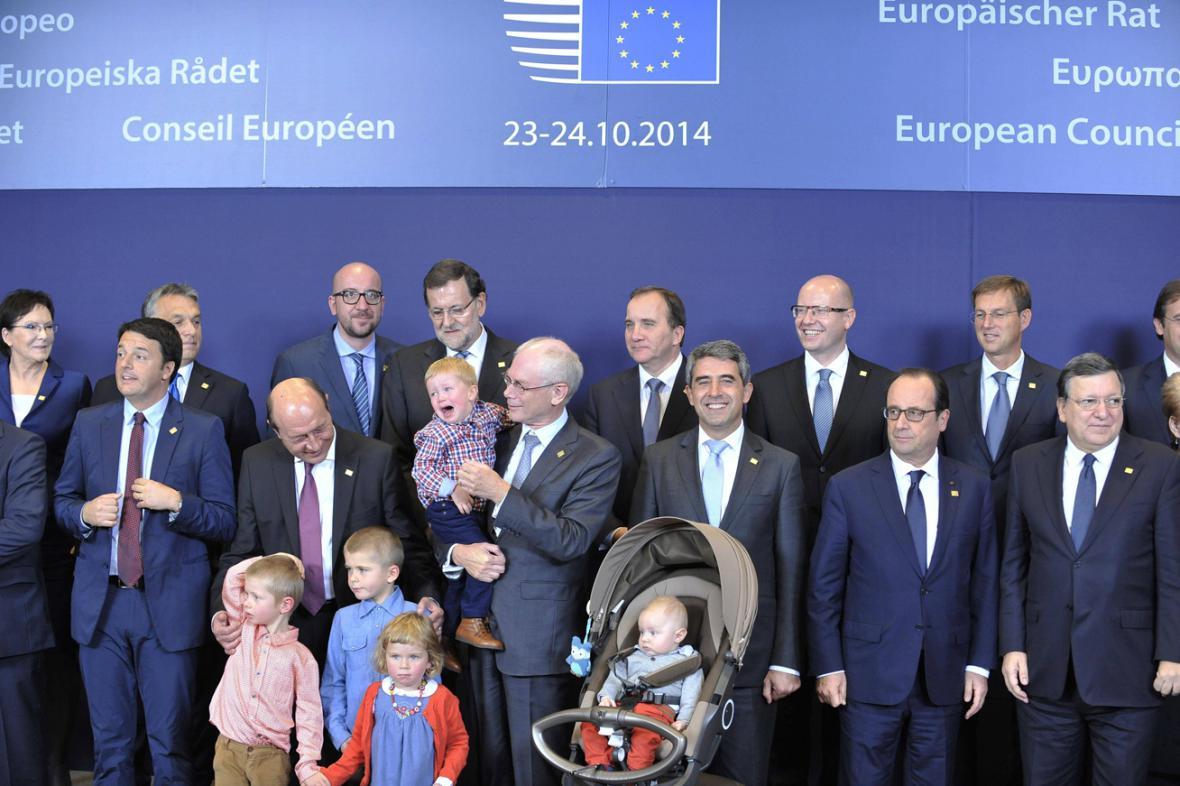Herman Van Rompuy s vnoučaty a evropští lídři na summitu EU