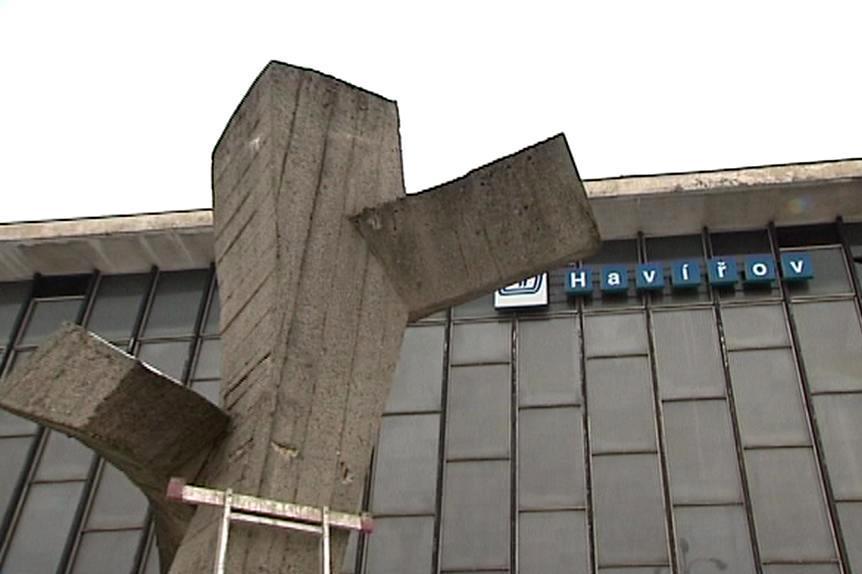Směrník před havířovským nádražím