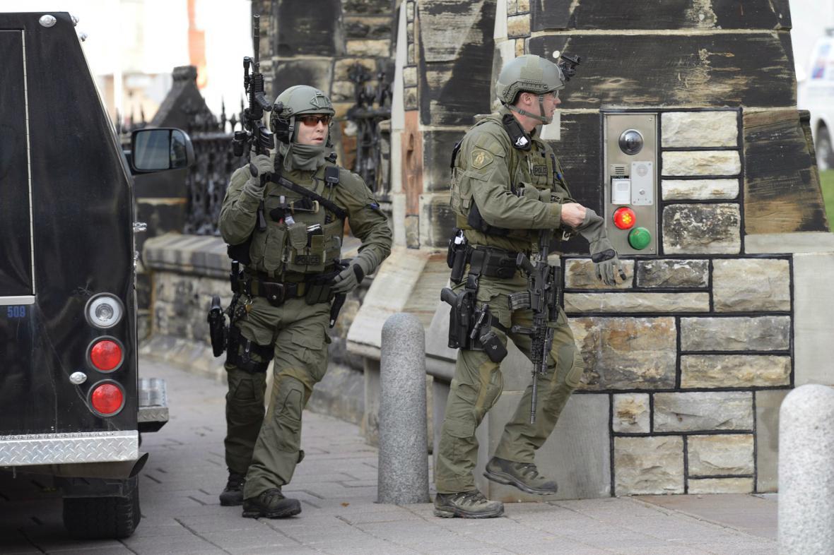 Zásahová jednotka hledá v Ottawě neznámého střelce