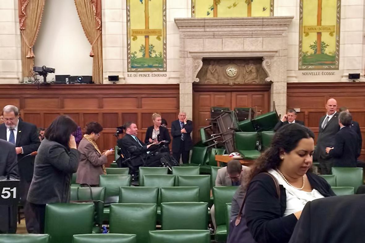 Zabarikádovaní poslanci parlamentu v Ottawě