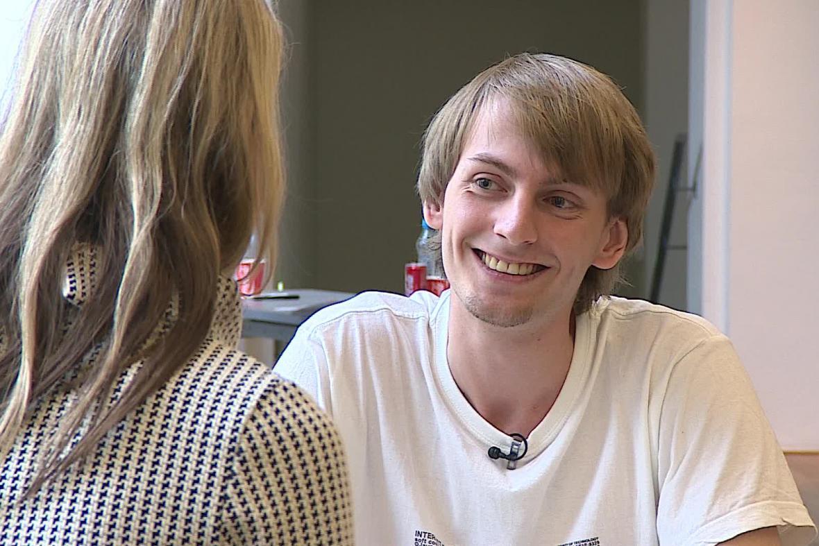 Student Luboš Macháček se koktavosti zbavuje hraním divadla