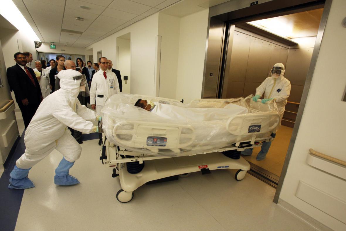 Cvičení zdravotníků v USA pro případ, že se objeví osoba s podezřením na ebolu